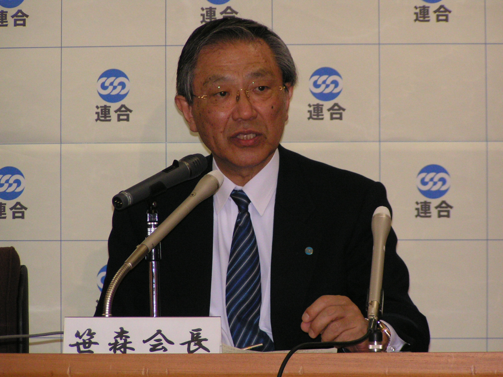 Photo: President Sasamori praises efforts. (March 23, RENGO Headquarters)