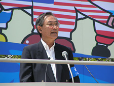 Photo: President Sasamori giving an impassioned message;