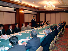 Photo: President Sasamori opens the meeting with a speech. (March 18, Tokyo)