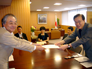 General Secretary Koga, submitting the RENGO'S letter to Vice Minister Yachi.