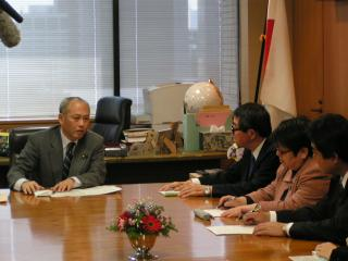 President TAKAGI met with Minister of Health, Labor and Welfare, MASUZOE (left)
