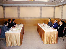Photo: General Secretary Kusano and others (right, center) make demands of the Minister (left). (May 13, Tokyo)