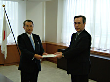 Photo: Vice President Hirasawa (right) hands over a statement of demands to Minister Kawamura (left). (Ministry of Education, Culture, Sports, Science and Technology, June 14)