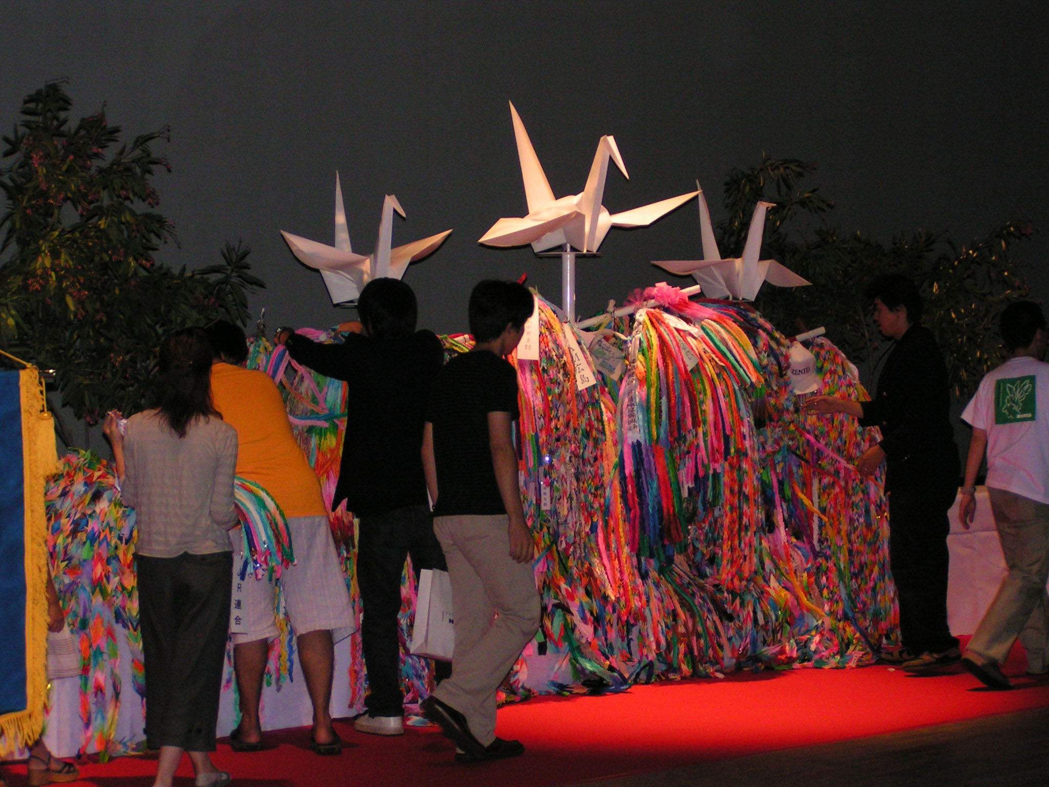 Photo: Union members from across the nation brought and dedicated origami paper cranes. (August 5, Hiroshima)
